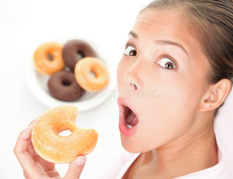 Lustige Frau, die ungesunde Fertigkost isst lizenzfreie stockfotografie