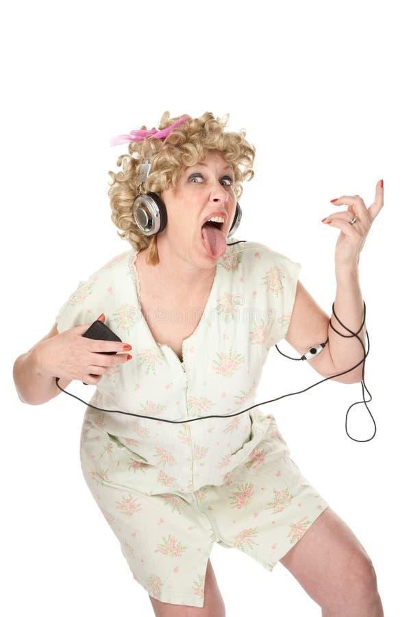 Lustige Frau im Nightgown hörend Musik lizenzfreies stockfoto