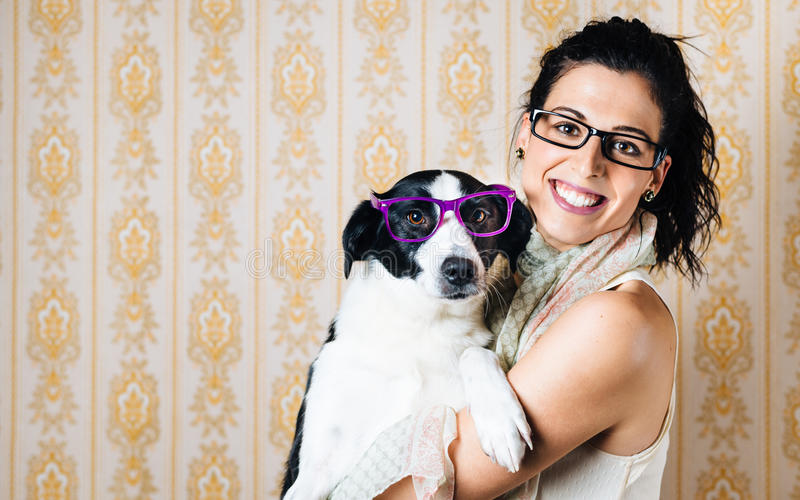Lustige Frau und Hund mit Gläsern stockbilder