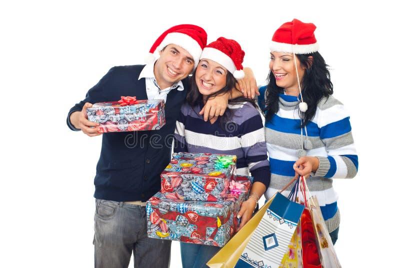 Lustige Freunde, die Weihnachtsgeschenke lachen und anhalten lizenzfreie stockfotografie