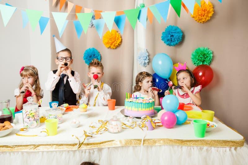 Lustige Geburtstagsspiele stockfotos