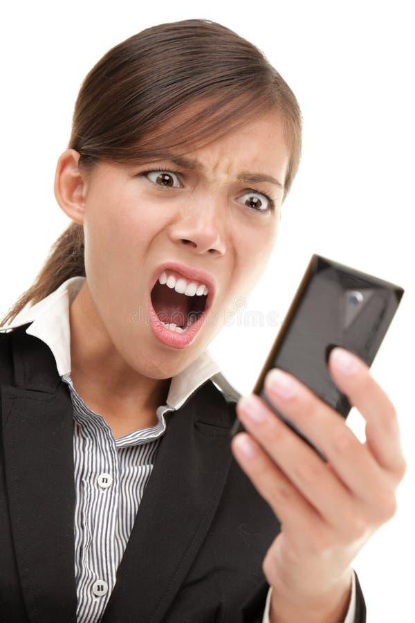 Lustige Geschäftsfrau, die Textmeldung der falschen Nachrichten liest stockbilder