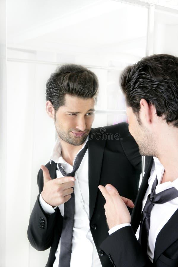 Lustige Geste der stattlichen Mannstimmung in einem Spiegel lizenzfreies stockfoto