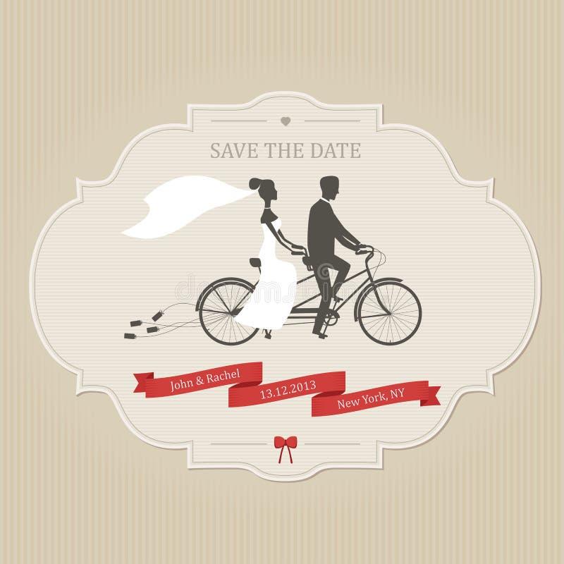 Lustige Hochzeitseinladung mit der Braut und Bräutigam, die Tandemfahrrad fahren lizenzfreie abbildung