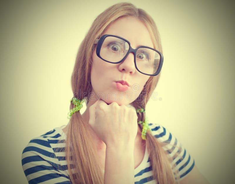 Lustige junge Frau mit Gläsern lizenzfreies stockfoto