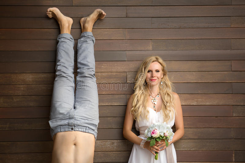 Lustige junge Paare lizenzfreie stockfotos