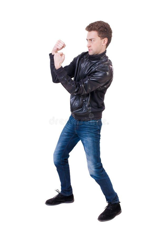 Lustige Kämpfe des dünnen Kerls, die seine Arme und Beine wellenartig bewegen stockfoto