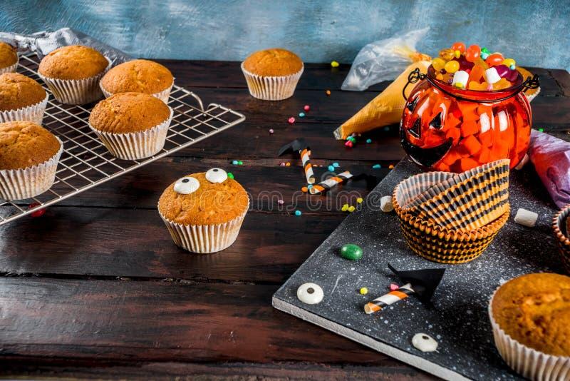 Lustige Kind-` s Festlichkeiten f?r Halloween stockfoto