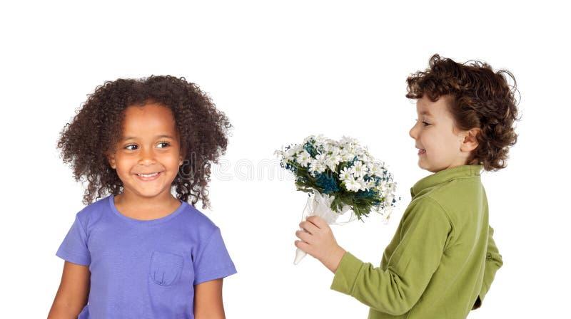 Lustige Kinder in der Liebe lizenzfreie stockfotos