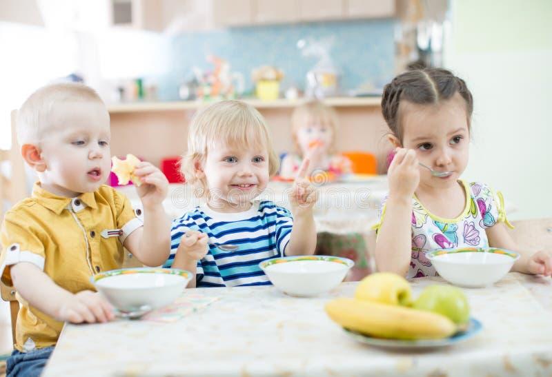 lustige kinder die im kindergarten essen stockfoto bild von essen abendessen 71035534. Black Bedroom Furniture Sets. Home Design Ideas