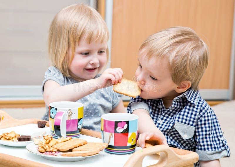 lustige kinder essen nachtisch stockbild bild von zuhause fu boden 20376967. Black Bedroom Furniture Sets. Home Design Ideas