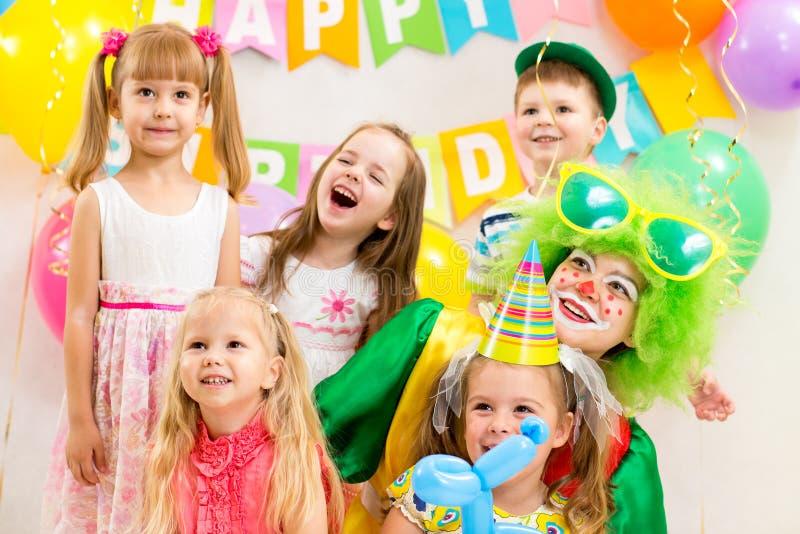 Lustige Kinder Gruppe und Clown auf Geburtstagsfeier lizenzfreie stockfotografie