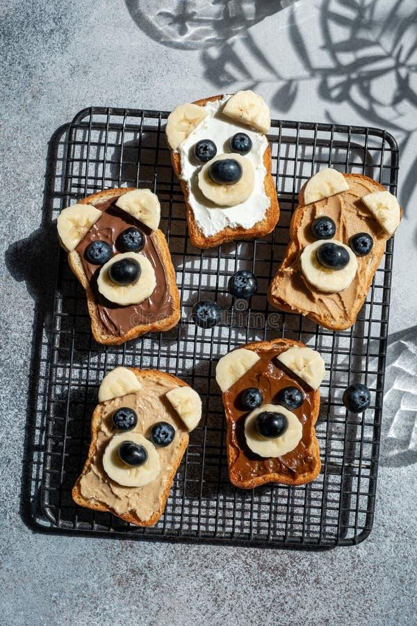 Lustige Kinder tragen Toast lizenzfreie stockfotos