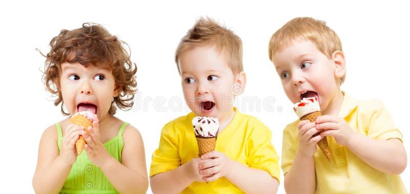 Lustige Kindergruppe mit der Eiscreme lokalisiert stockbild
