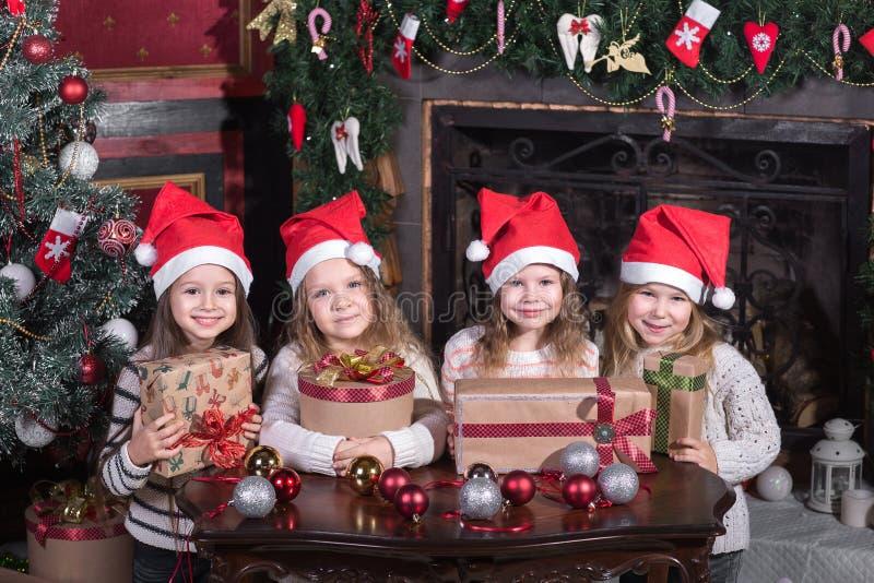 Lustige Kleinkindmädchen, die auf Überraschung vom Geschenkpräsentkarton warten stockbild