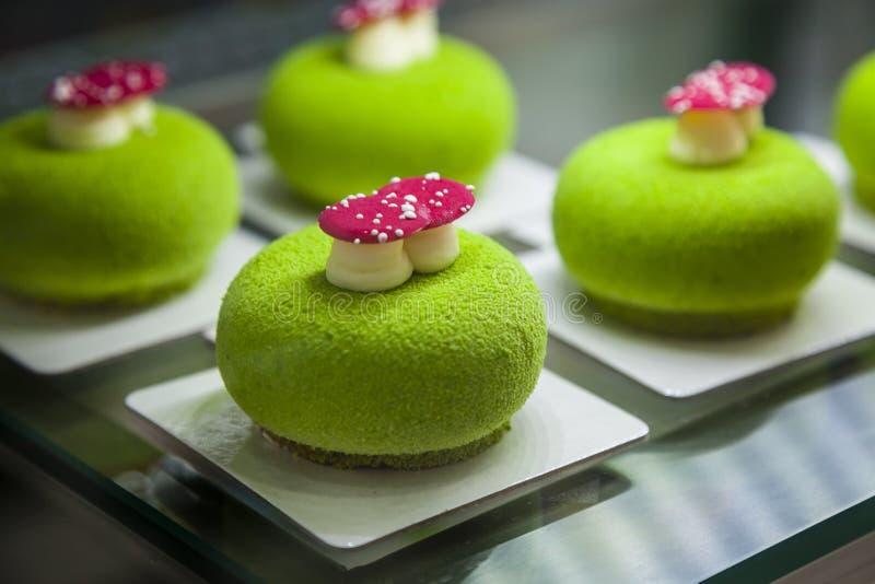 Lustige Kuchen mit kreativem Konzept des Entwurfes lizenzfreie stockfotografie