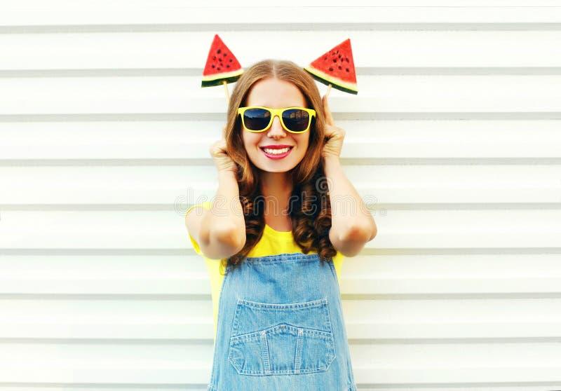 Lustige lächelnde Frau des Porträts mit einer Scheibe zwei der WassermelonenEiscreme lizenzfreie stockfotografie