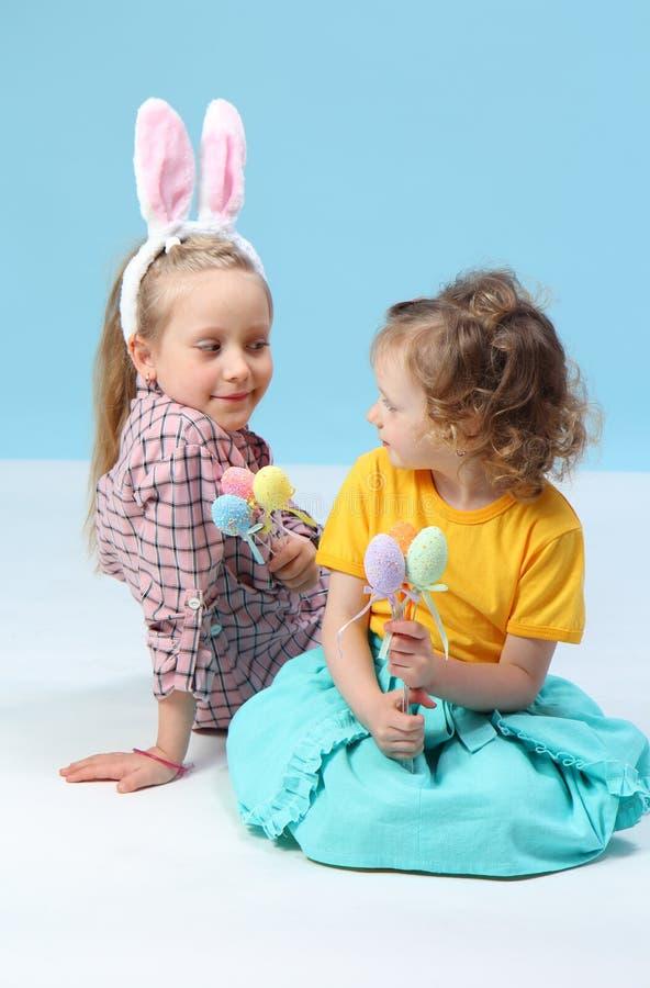 Mädchen mit den Kaninchenohren stockbild