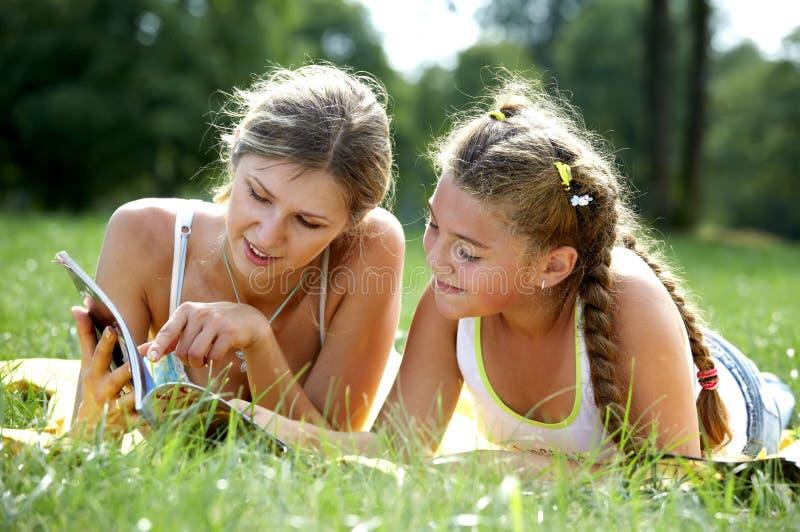 Lustige Mamma und Tochter stockfotografie
