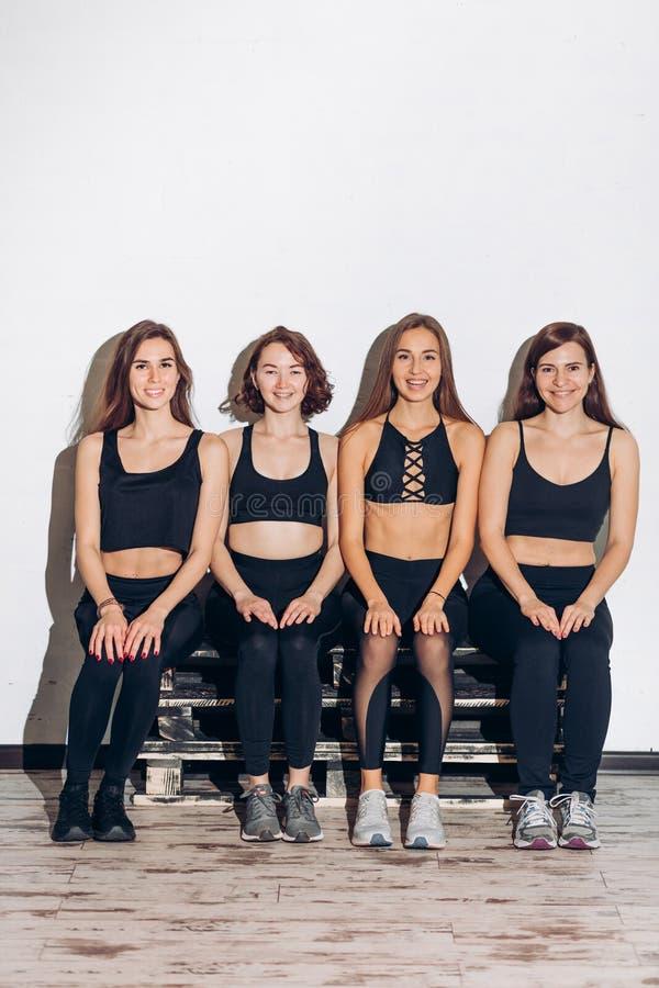 Lustige nette Mädchen mit perfektem Körper stehen nach Training still lizenzfreies stockfoto