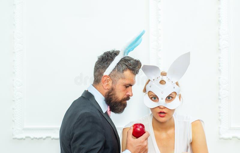 Lustige Osterhasenpaare Fröhliche Ostern und lustiger Ostern-Tag Häschenohrkostüm stockbilder