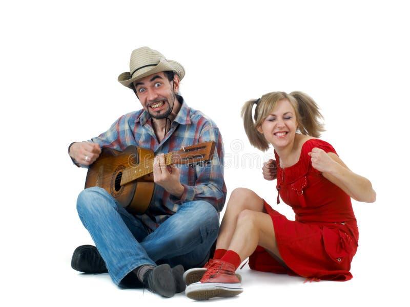 Lustige Paare mit Gitarre stockbild