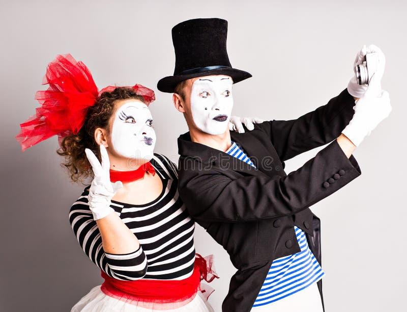 Lustige Paare von den Pantomimen, die ein selfie Foto machen lizenzfreies stockbild