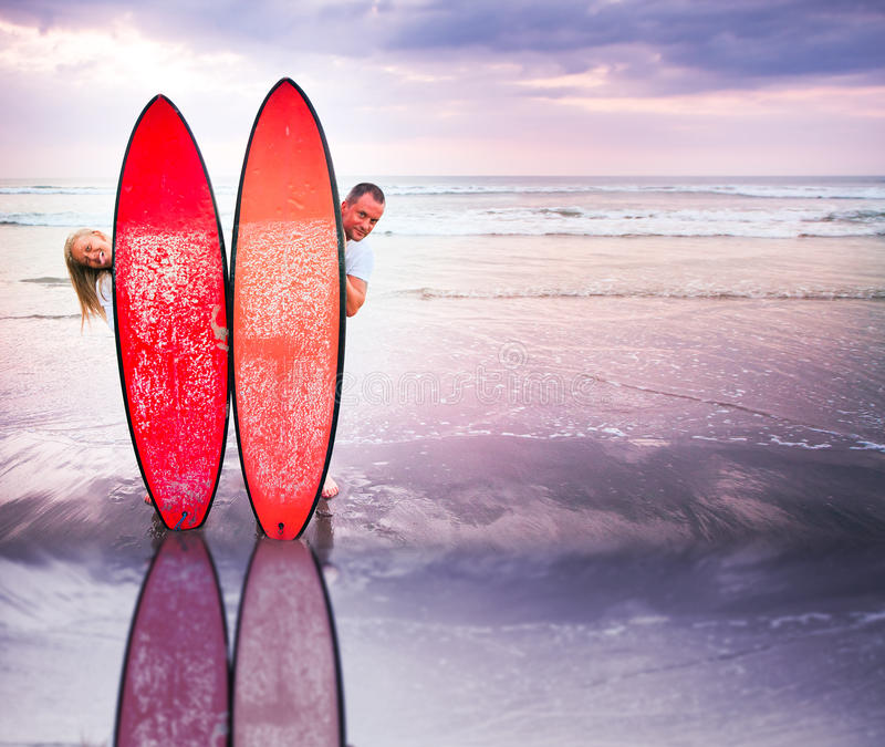 Lustige Paare von Surfern auf Küste in Indonesien stockfotografie