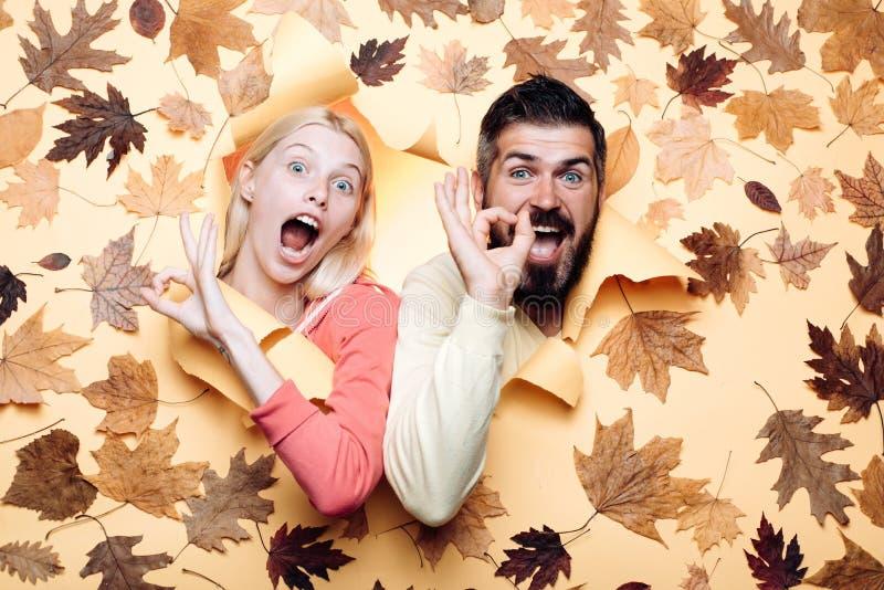 Lustige Paare werden zum Herbstverkauf fertig Lustiges fac Glückliche Familie im Herbst lizenzfreies stockbild