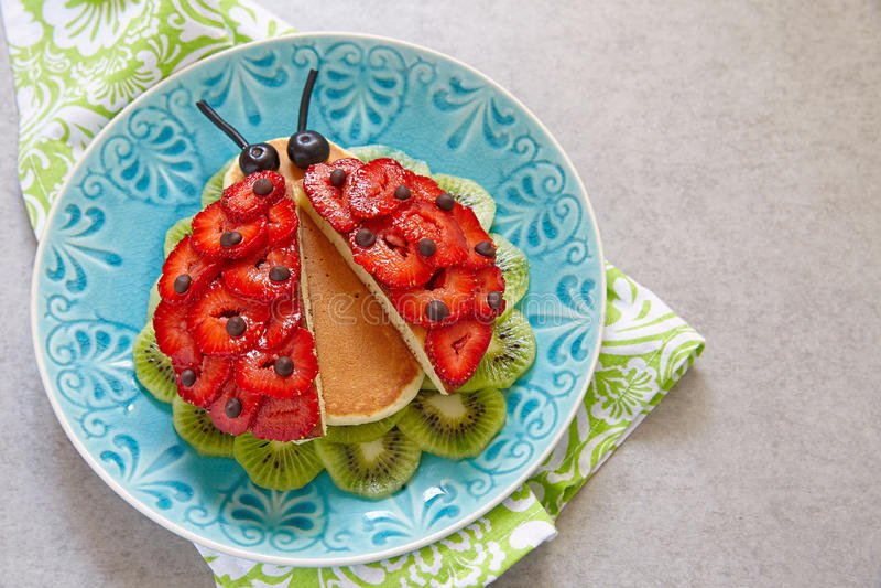 Lustige Pfannkuchen zum Kinderfrühstück stockfoto