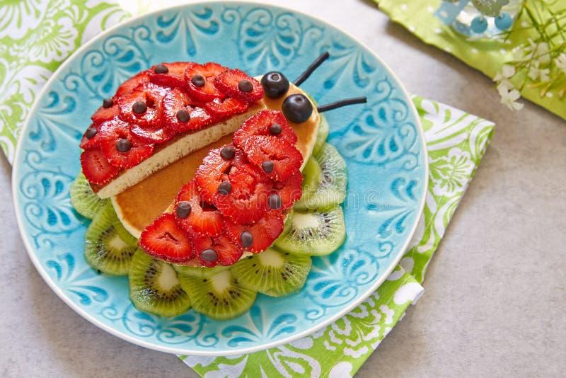 Lustige Pfannkuchen zum Kinderfrühstück stockfotografie