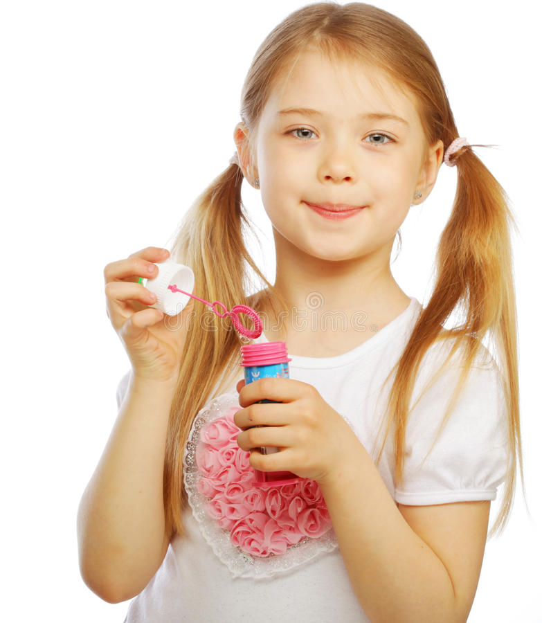 Lustige reizende Schlagseifenblasen des kleinen Mädchens stockbild