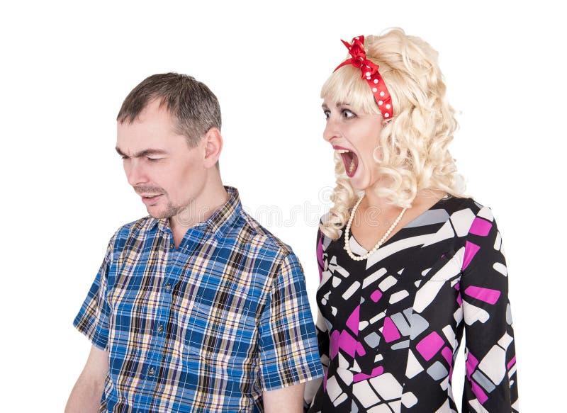 Lustige Retro- Frau, die auf ihrem Ehemann lokalisiert schreit stockbilder
