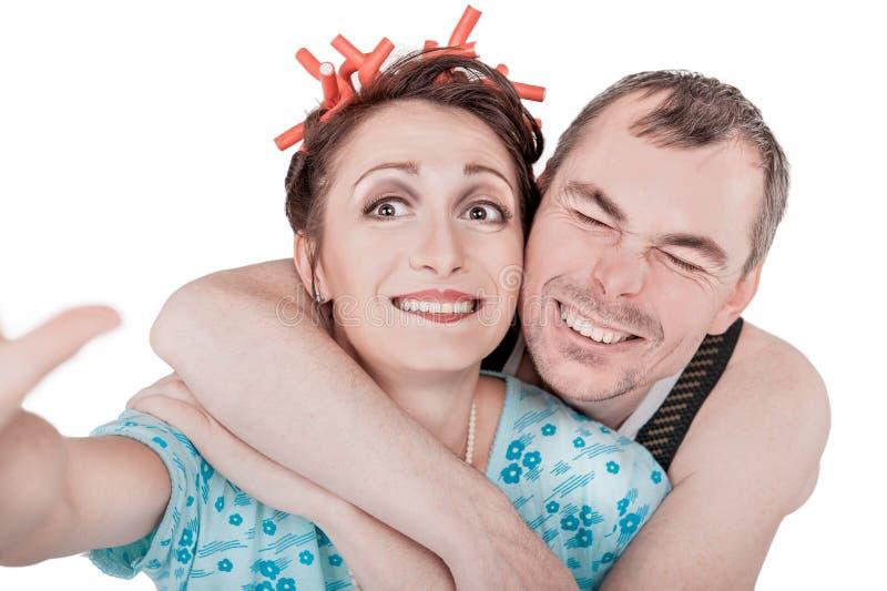Lustige Retro- Paare, die Foto von selbst das selfie lokalisiert nehmen lizenzfreie stockfotografie