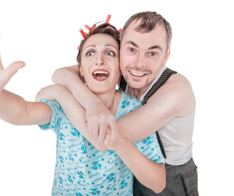 Lustige Retro- Paare, die Foto von selbst das selfie lokalisiert nehmen lizenzfreies stockbild