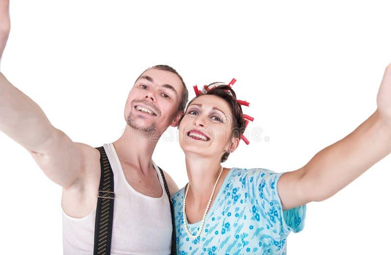 Lustige Retro- Paare, die Foto von selbst das selfie lokalisiert nehmen lizenzfreies stockfoto
