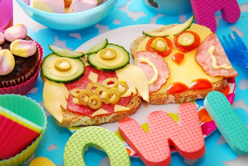 Lustige Sandwiche mit Eule für Kind stockbilder