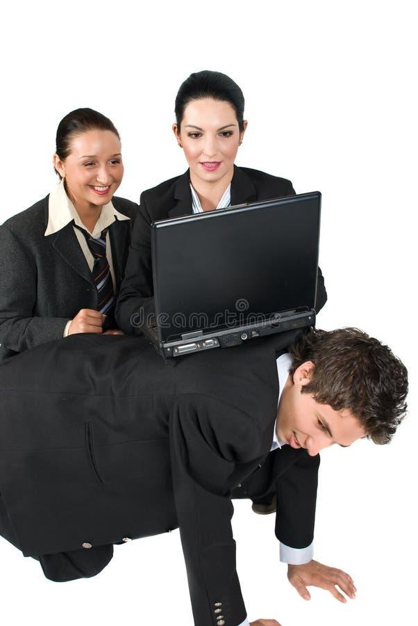 Lustige Situations-Geschäftsleute mit Laptop lizenzfreie stockfotografie