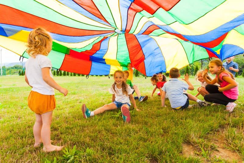 Lustige Spiele unter bunter Überdachung im Sommer draußen stockfotografie