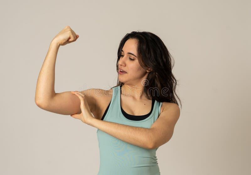 Lustige sportliche sch?ne brunette Frau in der Sportkleidung, die gl?cklich ausdehnt und aufwirft stockbilder