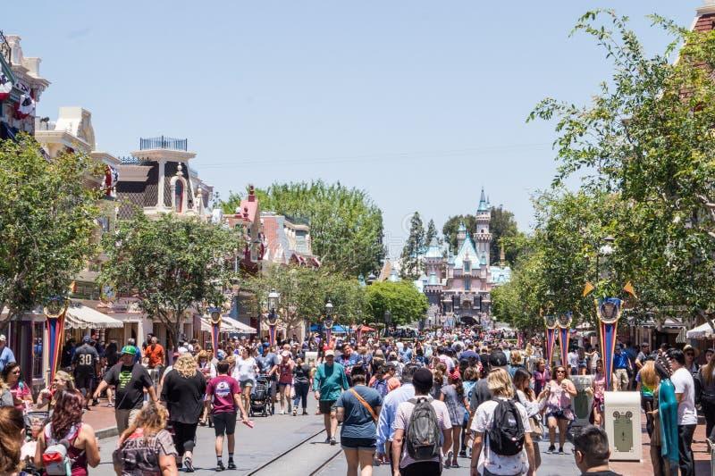 Lustige Straßen von Disneyland-Park Eine Menge von gehenden fröhlichen Leuten stockbilder