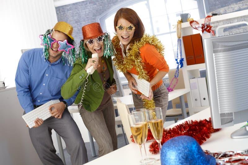 Lustige SylvesterabendPartei im Büro stockfotografie