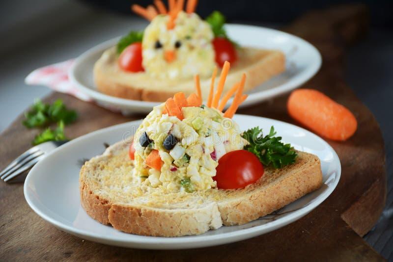 Lustige Toast mit Eiersalat für Kinder stockfotografie