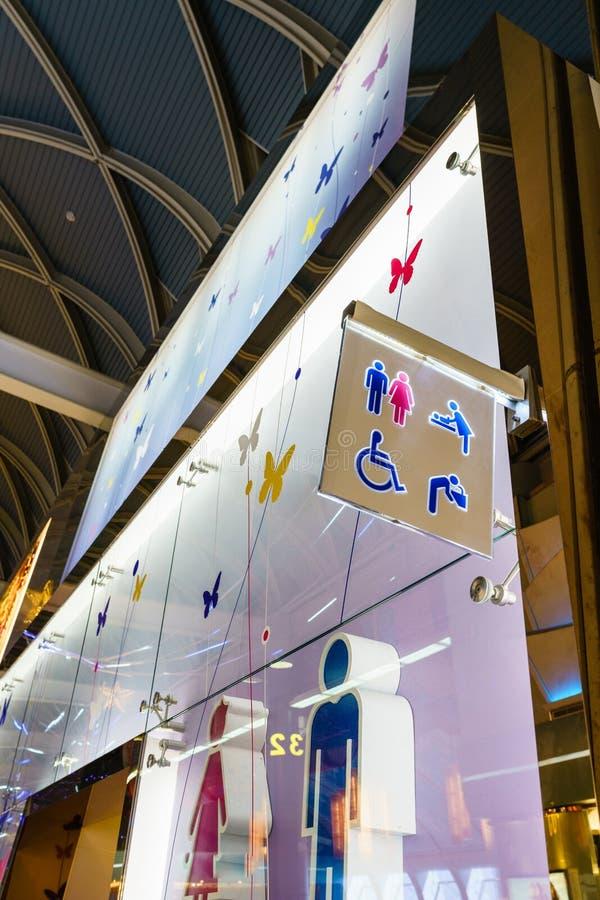 Lustige WC-Toilettensymbole - Toilettenzeichen auf allgemeinem Flughafen lizenzfreie stockbilder