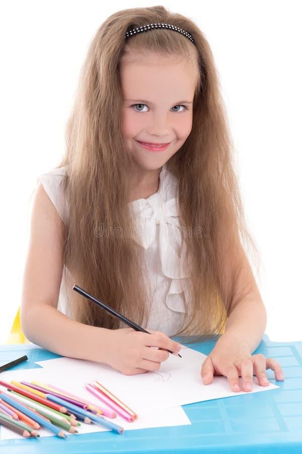 Lustige Zeichnung des kleinen Mädchens unter Verwendung der Farbbleistifte lokalisiert auf Weiß lizenzfreies stockbild