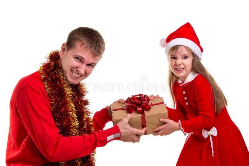Lustige Zeit der Familiengrimasse Weihnachts Tochter und Vater, die Sankt-Hüte und -lametta um den Hals tragen Kämpfen für das Ge lizenzfreies stockbild
