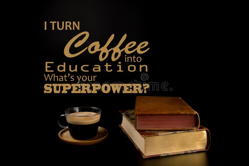 Lustige Zitate, zurück zu Collegestützen Zurück zu Schulkonzept, alten Staplungsbüchern und einem Tasse Kaffee stockfoto