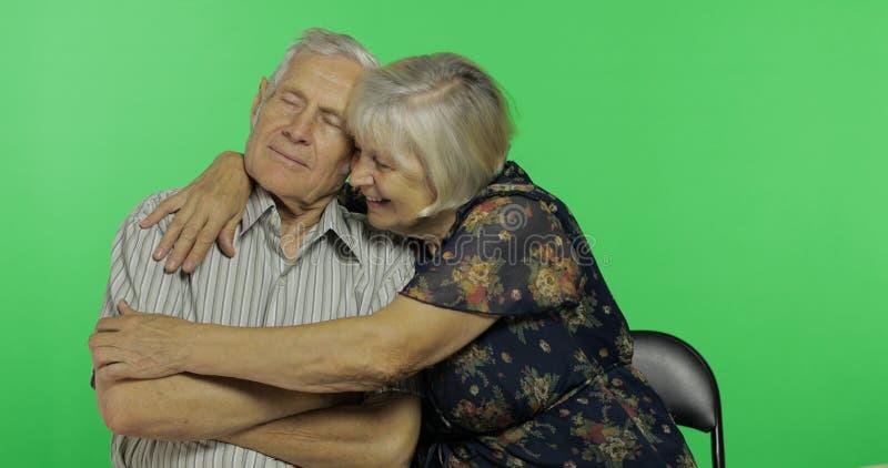 Lustiger älterer gealterter Mann und Frau, die zusammen sitzt Konzept einer glücklichen alten Familie stockfotografie