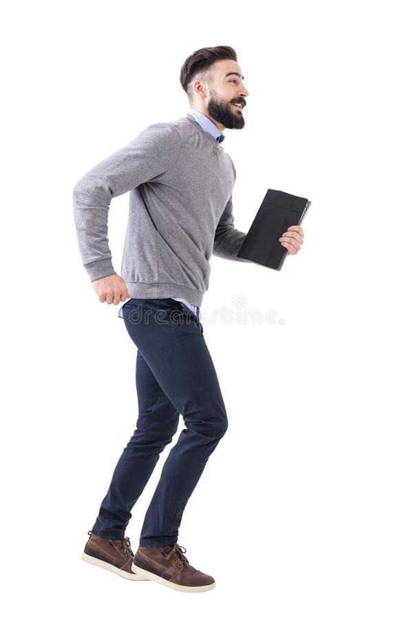 Lustiger aufgeregter junger intelligenter zufälliger Geschäftsmann, der mit Notizbuch in den Händen läuft lizenzfreie stockfotografie