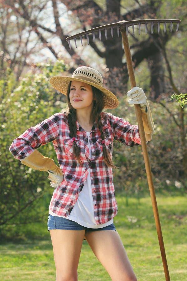 Lustiger Ausdruck auf einem schönen Gärtner lizenzfreies stockbild